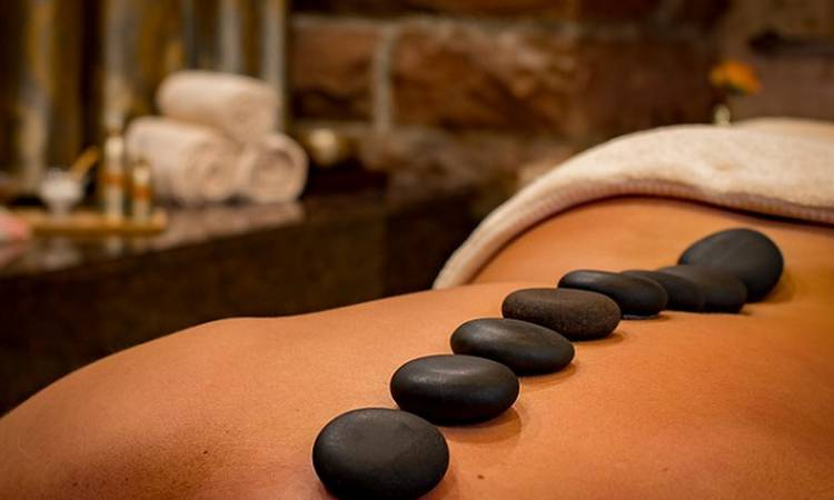 The application on the skin of stones at different temperatures, enables liquid vital energy relieving physical and emotional disorders. Senses Santa Ponsa Hotel